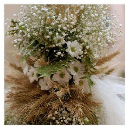 decorare la macchina degli sposi con spighe di grano