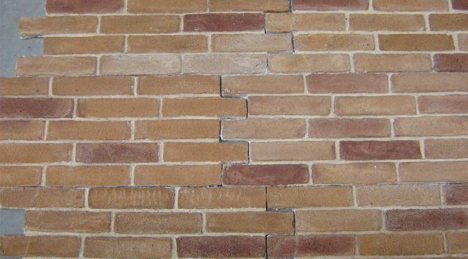 decorare una parete con finti mattoni in polistirolo