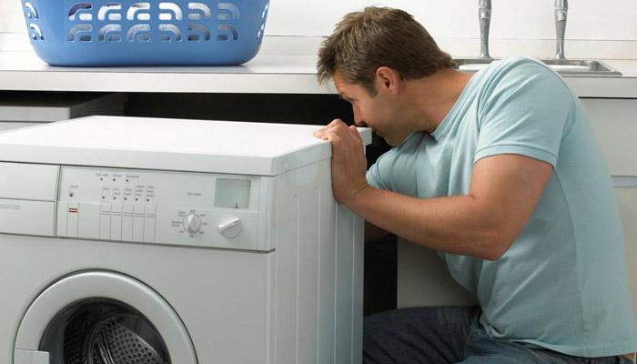 lavatrice perde acqua da sotto